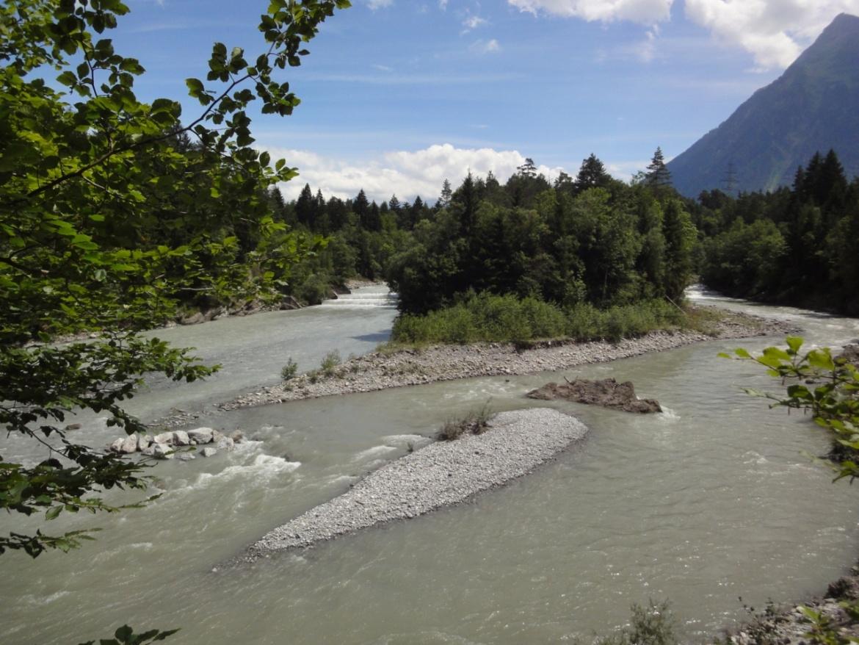 Fluss mit Geschiebe und Kiesbänken