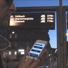Sinn²-Nutzer B in Stuttgart Sehbehinderter nutzt die im Rahmen von Sinn² entwickelte App in Stuttgart